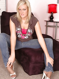 Blonde darling feeling lusty in pantyhose