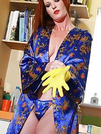 Kinky English MILF fingers herself