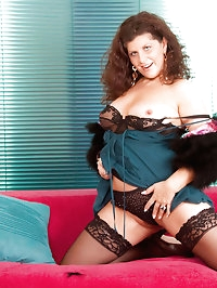 Mature Anilos cougar Gilly stuffs her mature pussy with..