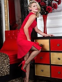 Looking the Hollywood bombshell in a scarlet full skirted..