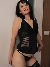 Horny Latina MILF Gracia Saluda looks stunning in thigh..