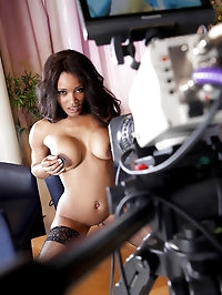 Kiki Minaj Pictures in Public Access Pussy