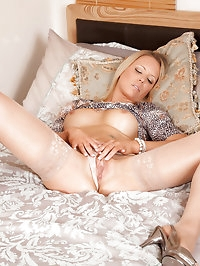 Seductive cougar Lailani fingers her mature pussy while..