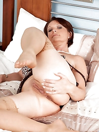 Sex starved cougar Foxy pulls her pearl necklace out of..